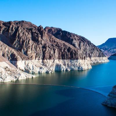 Der geringe Wasserstand ist an der Färbung der Felsen zu sehen