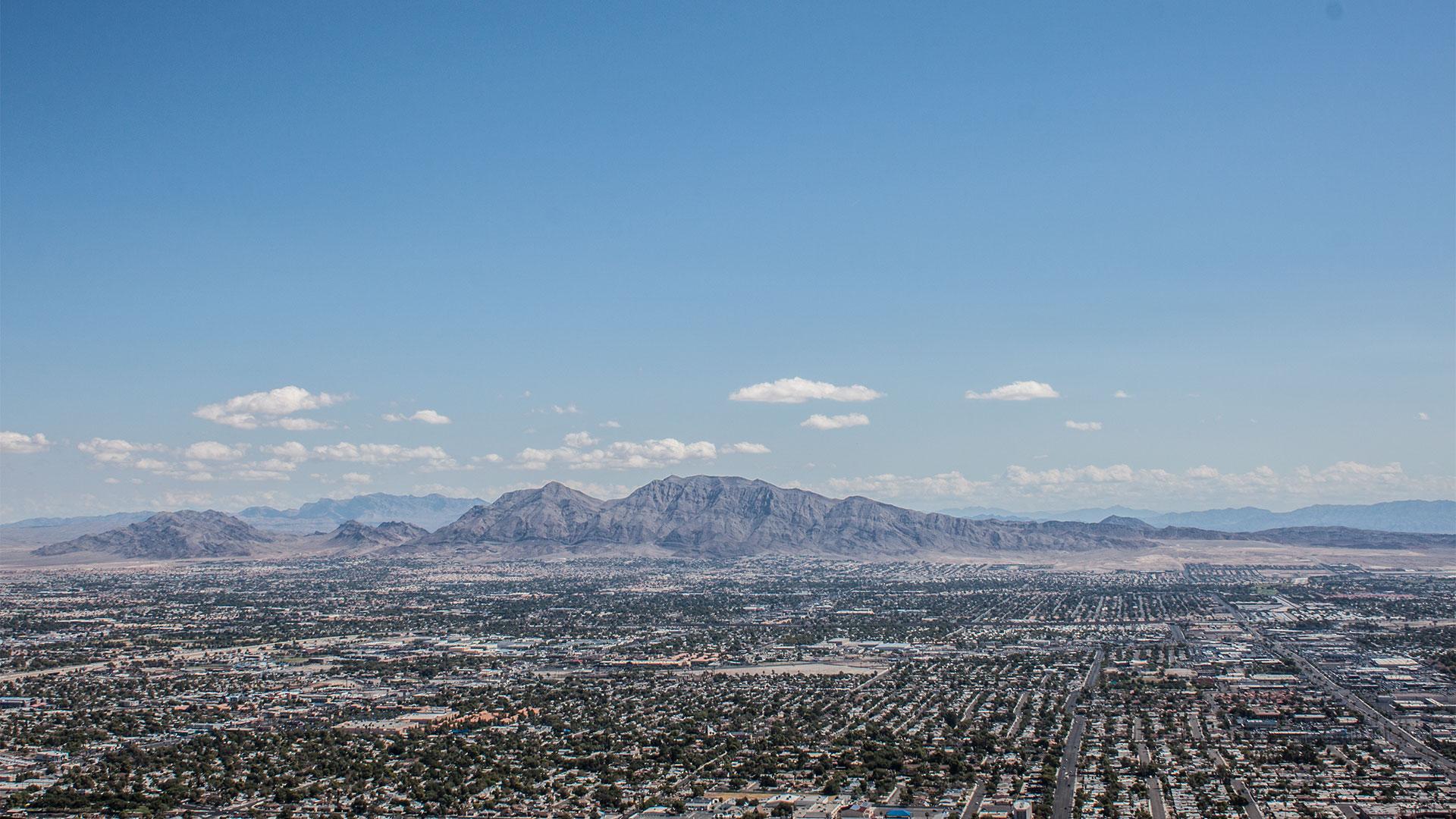 Blick über Vegas mit dem sogenannten Mummy Mountain (Bild um 90° drehen, dann sieht man die Mumie)