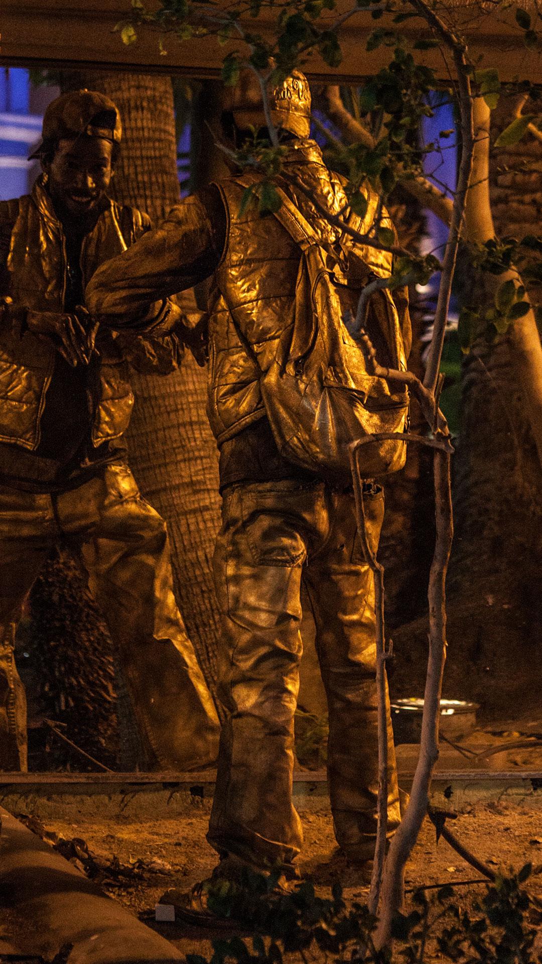 Straßenkünstler macht sich in einer dunklen Ecke bereit für seinen Auftritt
