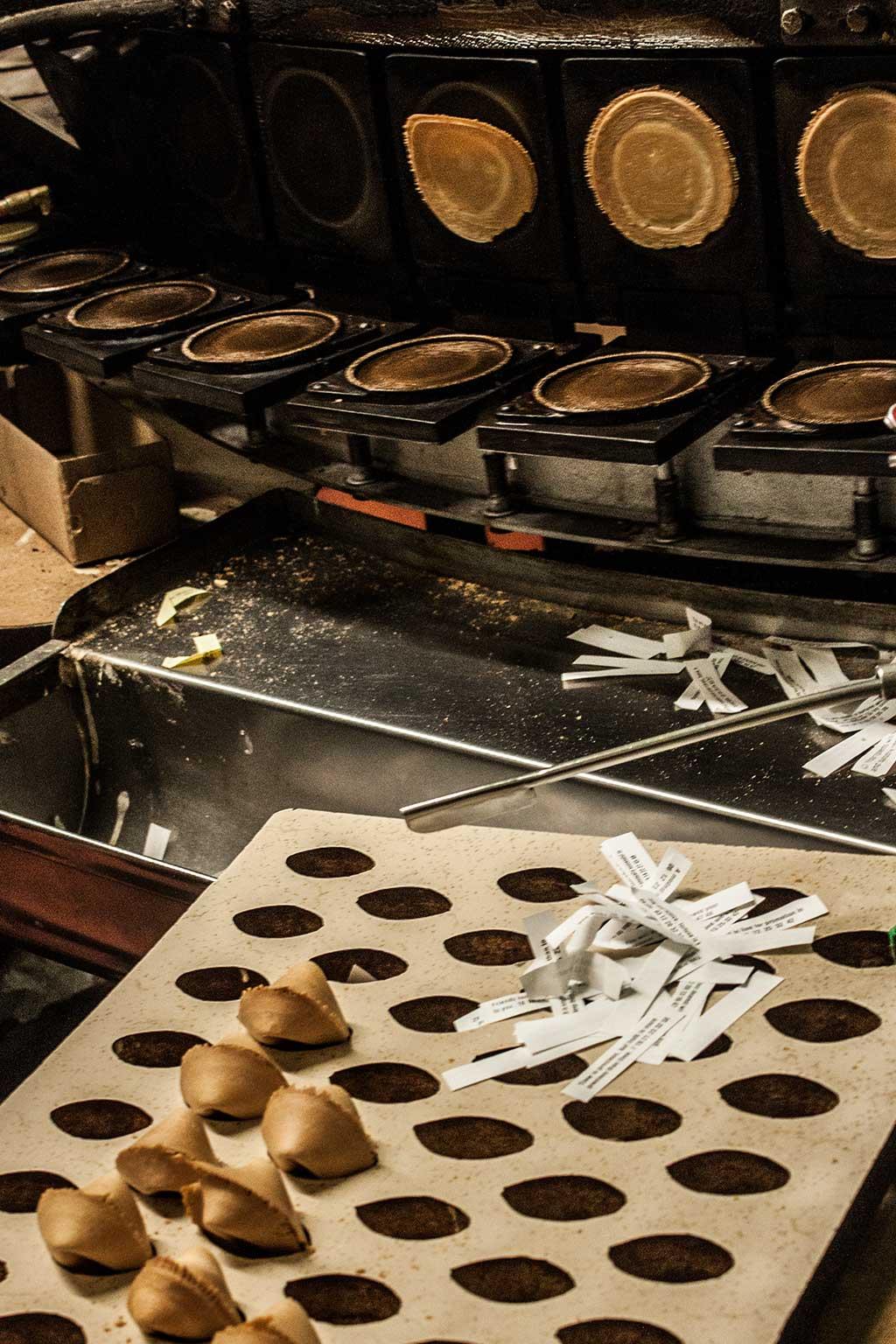 wurden also die Glückskekse erfunden. Hier gibt es immer frisch-gebackene Mägelexemplare zum Probieren.