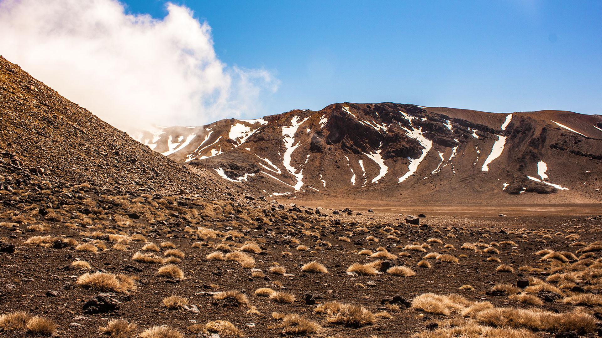 Wandern durch karge Vulkanlandschaft