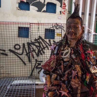 Etwas traurig. Der blinde Mann, der am Chatuchat Market als Accessoire-Ständer herhalten muss.