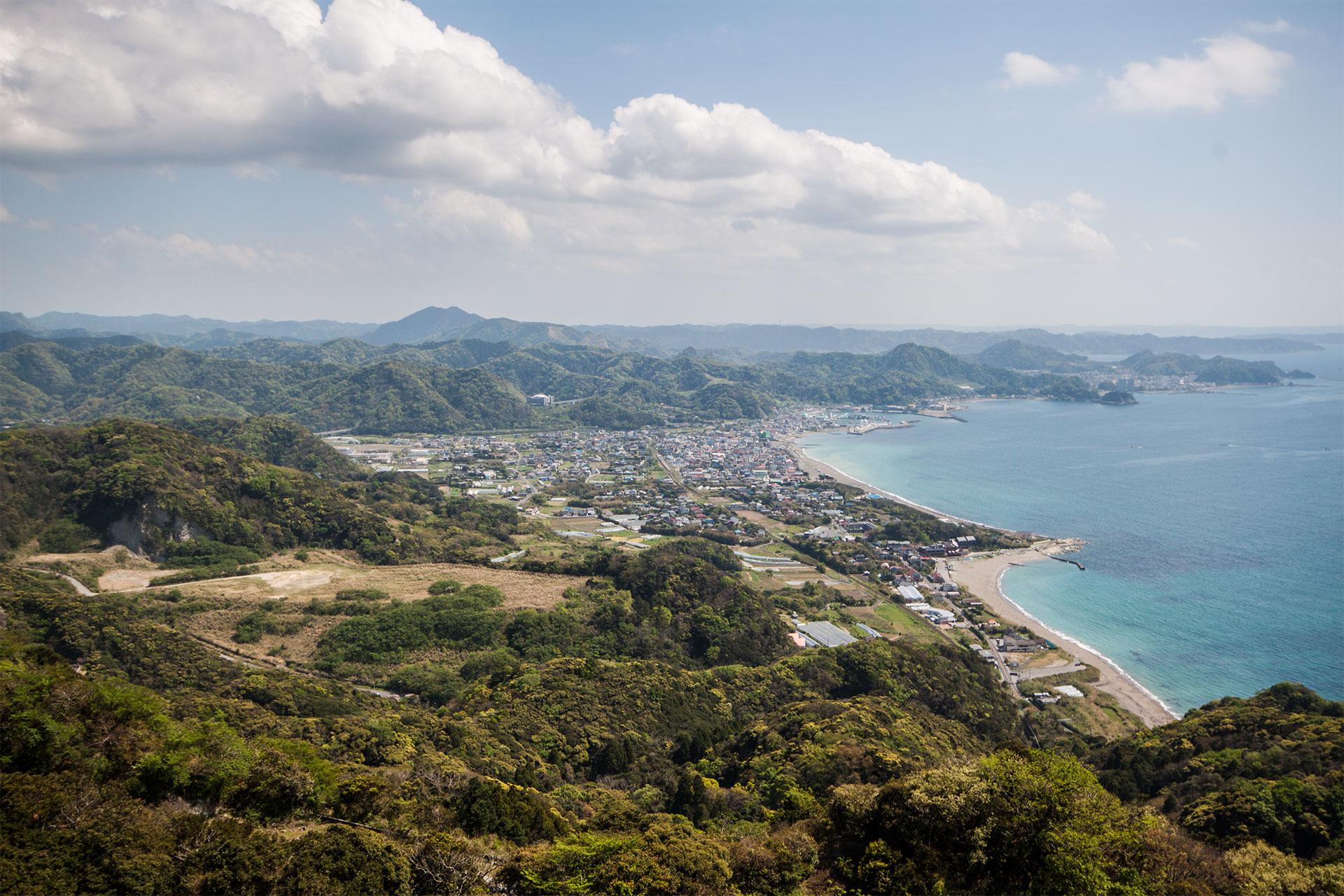 Fantastischer Ausblick übers japanische Hügelland vor der Küste