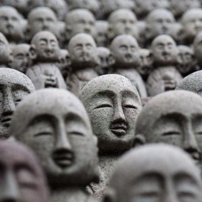 Viele viele Statuen im Tempelgarten