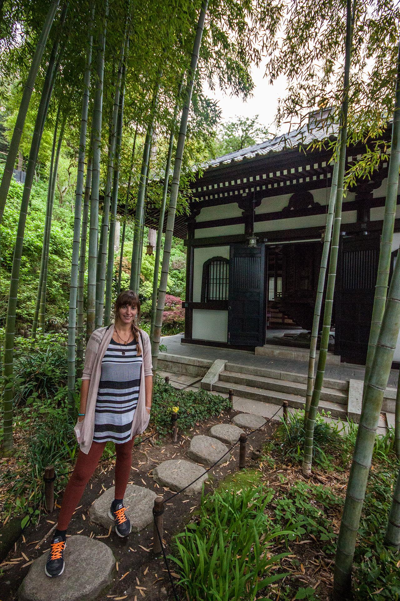Vor der Gebetsmühle in einem kleinen Bambuswald