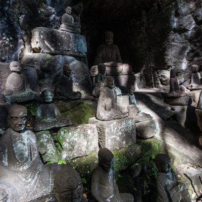Überall am Berg findet man Statuen.