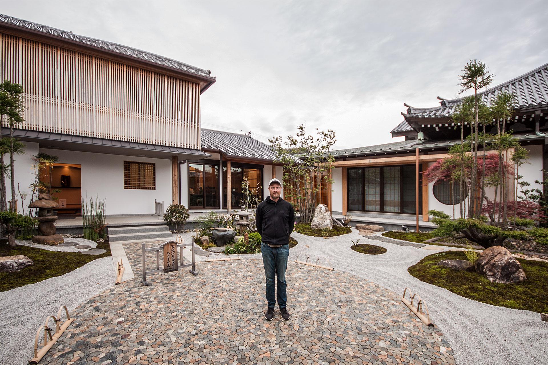 Modernes Haus mit traditionellen Elementen. Das würde dem jungen Mann auch gefallen.