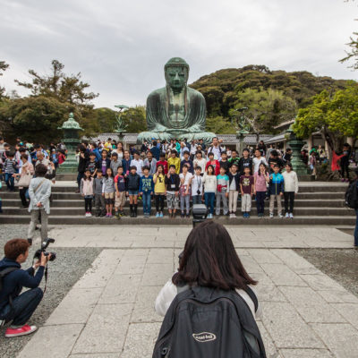 Großer Buddha in Kamakura - große Attraktion. Es wird fleißig posiert und geknipst