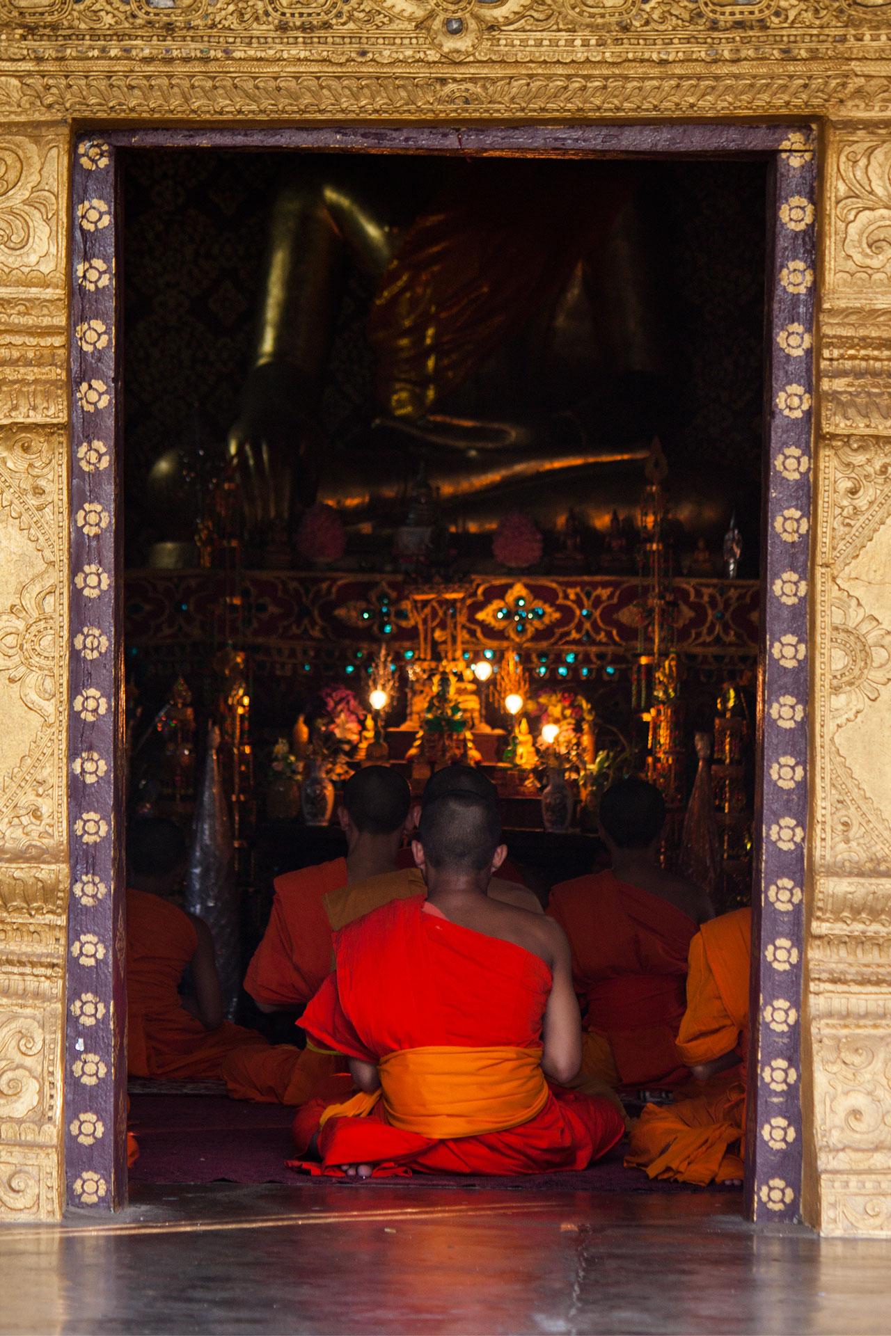 Singende Mönche in der Pagode
